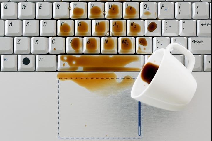 Đổ nước lên bàn phím