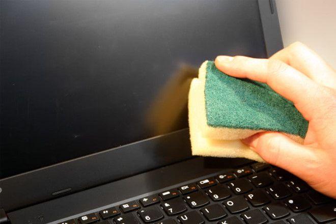 Dùng miếng mút xốp ẩm để lau màn hình khi có vết bẩn bám dính