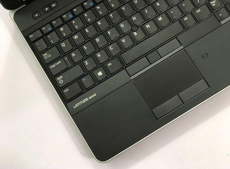 Touchpad khá nhỏ gọn nhưng rất mượt mà khi bạn thực hiện di chuột