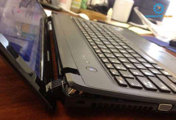 kiểm tra kỹ bản lề laptop cũ